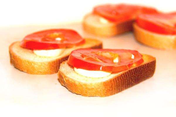 buterbrody-s-chesnokom-i-pomidorkami