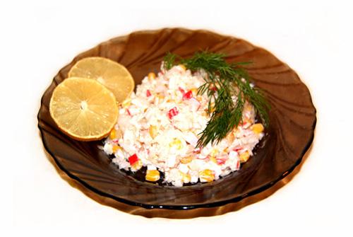 klassicheskiy-salat-s-krabovymi-palochkami-risom-foto