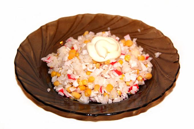 prigotovlenie-salata-iz-krabovyh-palochek