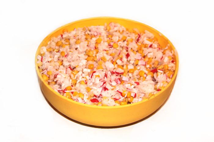 salat-ris-kukuruza-krabovye-palochki