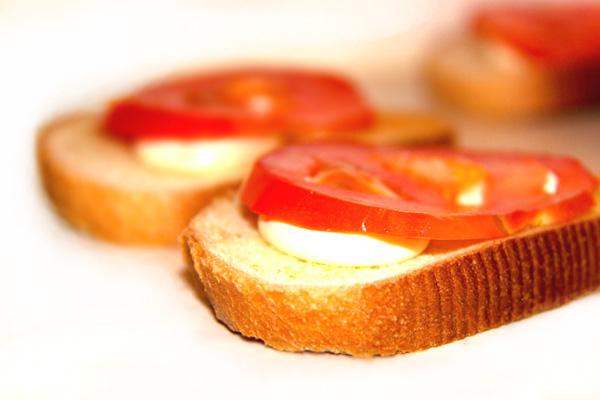 vkusnye-buterbrody-s-chesnokom-pomidorom