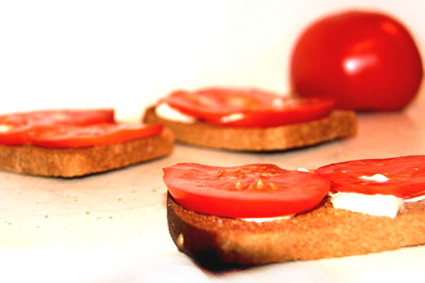 vkusnyi-buterbrod-s-chesnokom-i-pomidorom