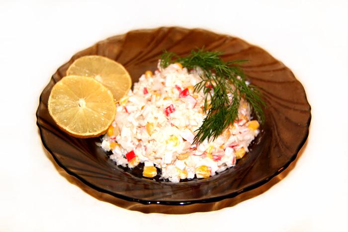 vkusnyi-recept-klassicheskogo-salata-krabovye-palochki-foto