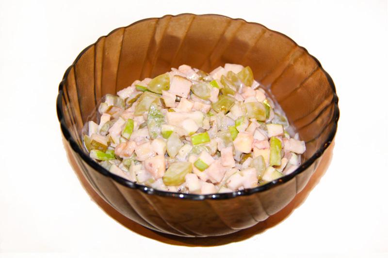 fruktovyj-salat-iz-fruktov-zapravlennyj-jogurtom