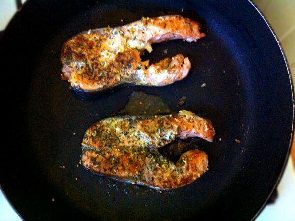 foto recept stejka iz krasnoy ryby na skovorode